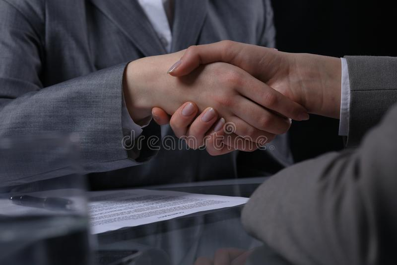 Empresarios o abogados que sacuden las manos en la reunión Primer de manos humanas en el trabajo Concepto de firma del contrato M fotos de archivo libres de regalías