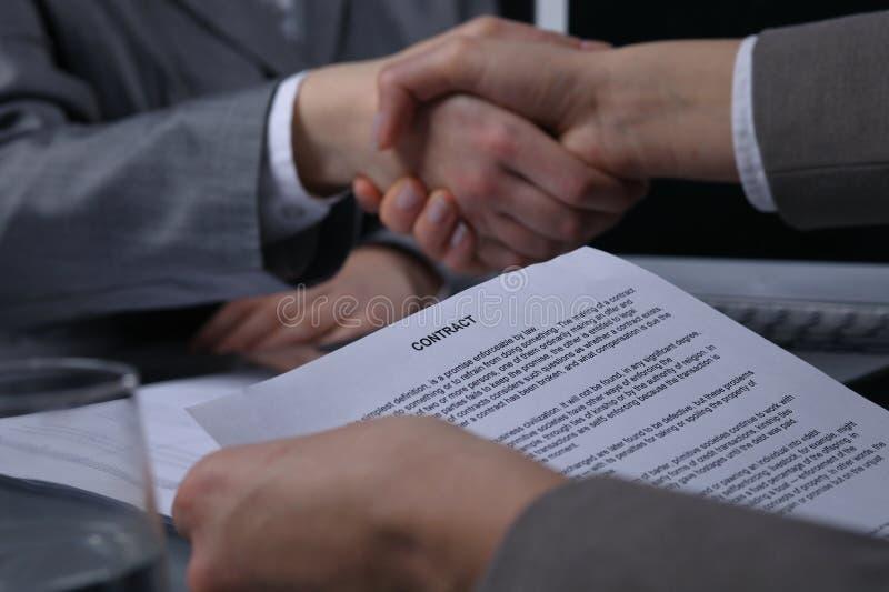 Empresarios o abogados que sacuden las manos en la reunión Primer de manos humanas en el trabajo Concepto de firma del contrato M fotografía de archivo libre de regalías