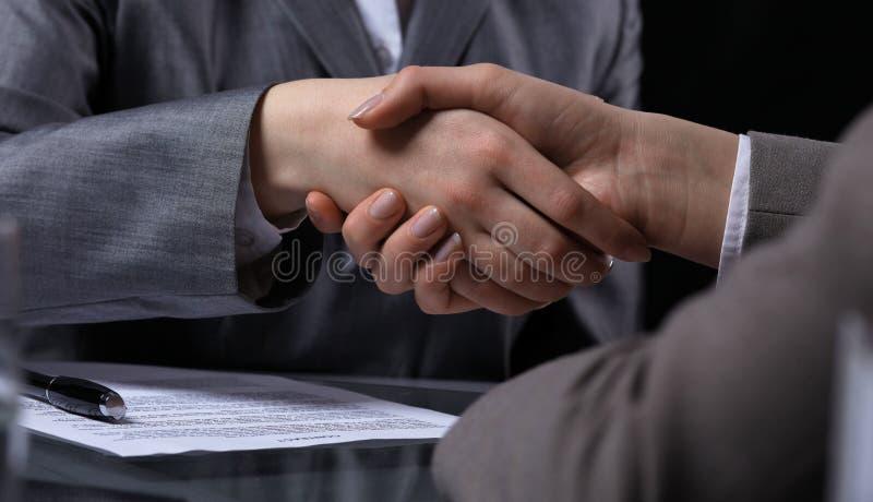 Empresarios o abogados que sacuden las manos en la reunión Primer de manos humanas en el trabajo Concepto de firma del contrato M imagen de archivo libre de regalías