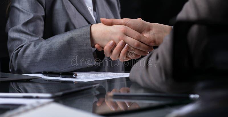 Empresarios o abogados que sacuden las manos en la reunión Primer de manos humanas en el trabajo Concepto de firma del contrato M foto de archivo libre de regalías