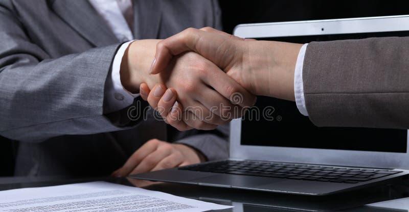 Empresarios o abogados que sacuden las manos en la reunión Primer de manos humanas en el trabajo Concepto de firma del contrato M imagenes de archivo