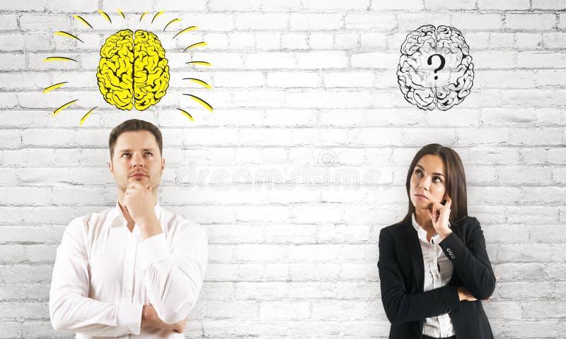 Empresarios pensativos con la pregunta del cerebro imagen de archivo libre de regalías