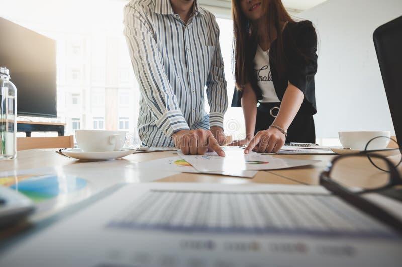 Empresarios poiting en el documento en la tabla fotos de archivo