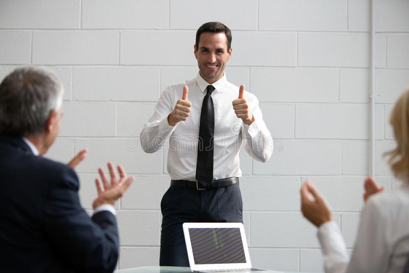 empresarios que aplauden las manos durante una reunión imagen de archivo libre de regalías