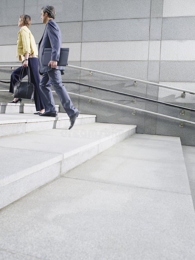 Empresarios que caminan encima de pasos al aire libre fotografía de archivo libre de regalías
