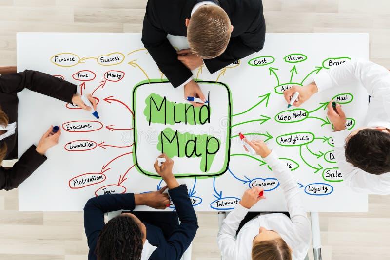 Empresarios que dibujan el concepto de mapa de mente en el escritorio fotos de archivo libres de regalías