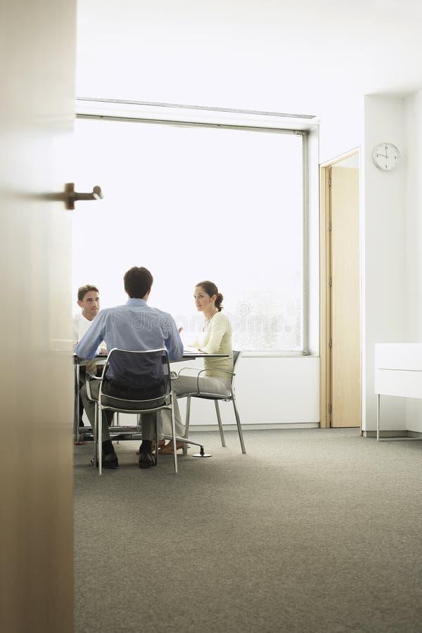 Empresarios que discuten durante la reunión en la sala de reunión imagen de archivo libre de regalías