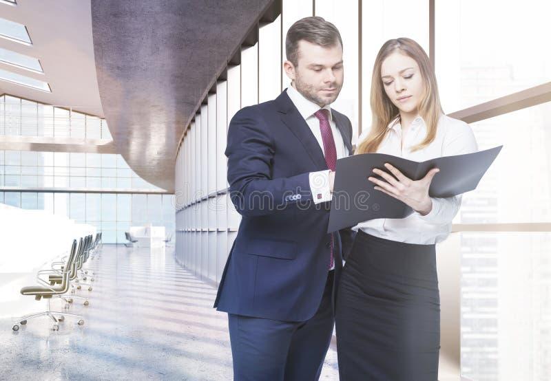 Empresarios que discuten informe imagen de archivo libre de regalías