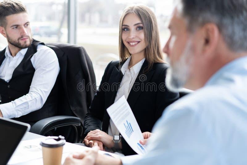 Empresarios que discuten junto en la sala de conferencias durante la reuni?n en la oficina fotos de archivo libres de regalías