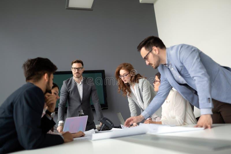 Empresarios que discuten junto en la sala de conferencias durante la reuni?n foto de archivo libre de regalías