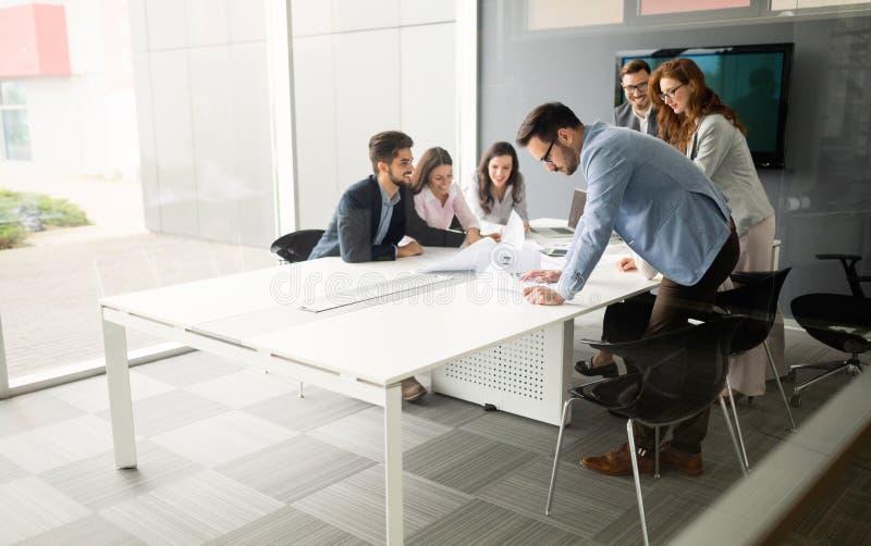 Empresarios que discuten junto en la sala de conferencias durante la reuni?n foto de archivo