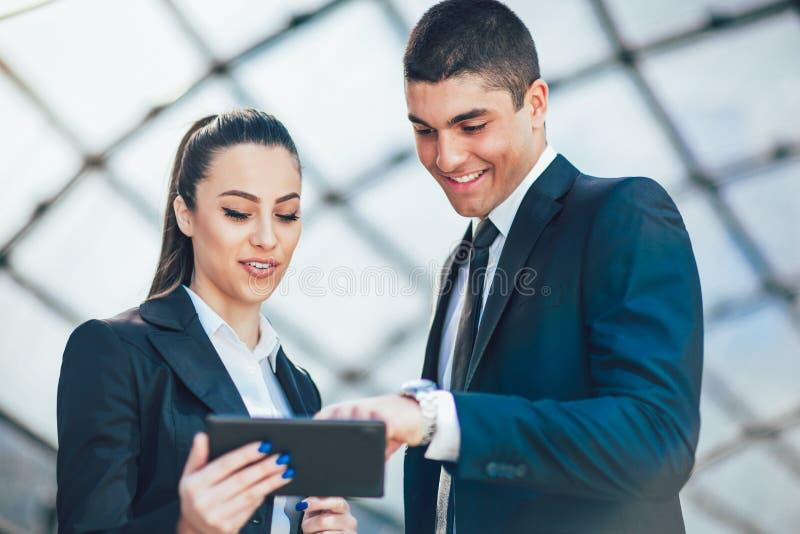 Empresarios que discuten mientras que usa la tableta digital imágenes de archivo libres de regalías