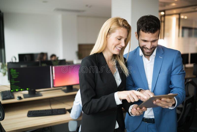 Empresarios que discuten mientras que usa la tableta digital en oficina foto de archivo libre de regalías
