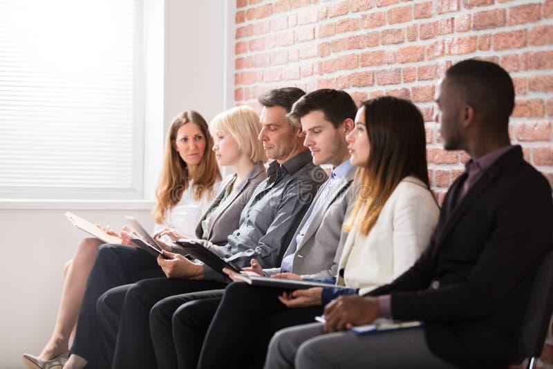 Empresarios que esperan una entrevista fotografía de archivo libre de regalías