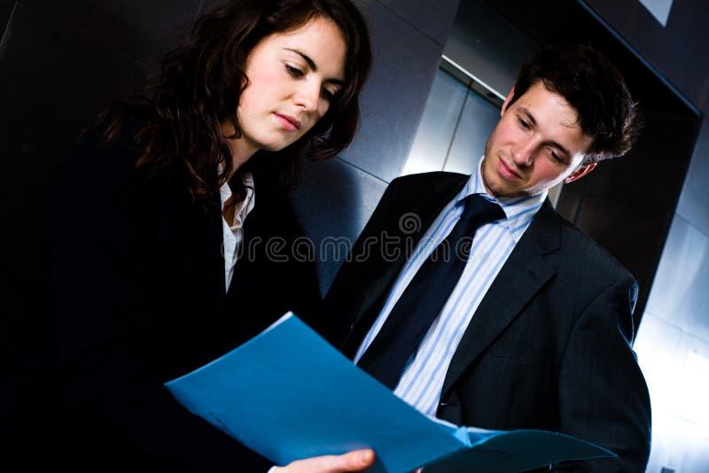 Empresarios que leen el documento fotografía de archivo libre de regalías