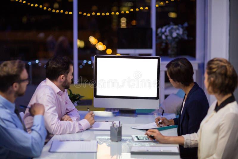 Empresarios que miran el ordenador imagen de archivo