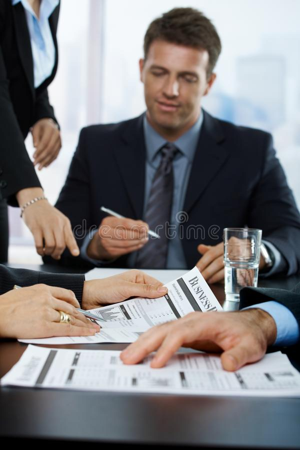 Empresarios que repasan informe de asunto imagen de archivo