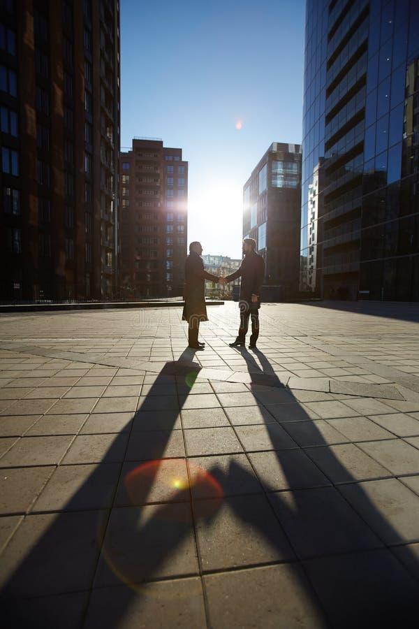 Empresarios que sacuden las manos al aire libre fotos de archivo