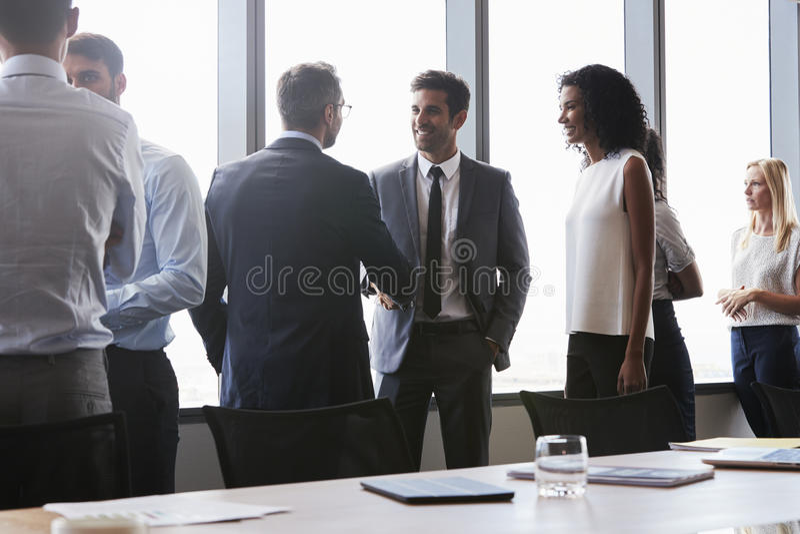 Empresarios que sacuden las manos antes de encontrar en la sala de reunión imágenes de archivo libres de regalías