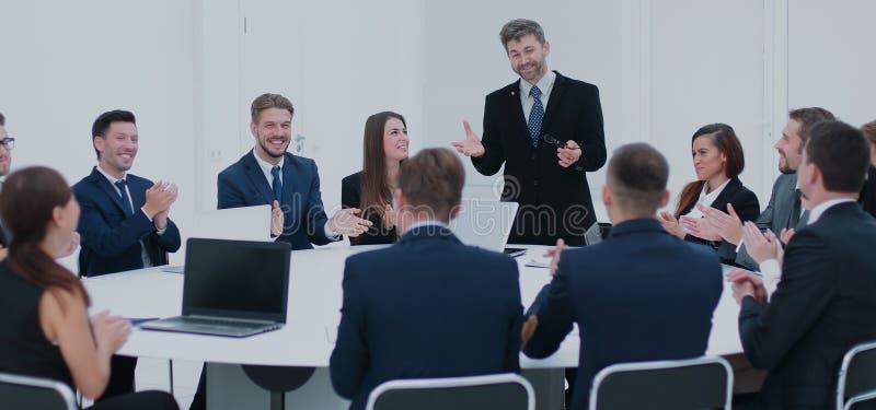 Empresarios que se sientan en la mesa redonda de la conferencia en la reunión foto de archivo