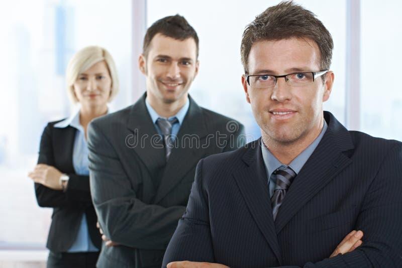 Empresarios que sonríen en la cámara fotografía de archivo
