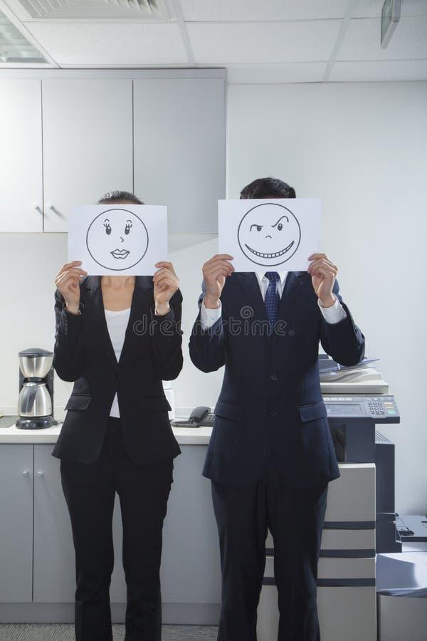 Empresarios que sostienen caras felices en el papel ilustración del vector