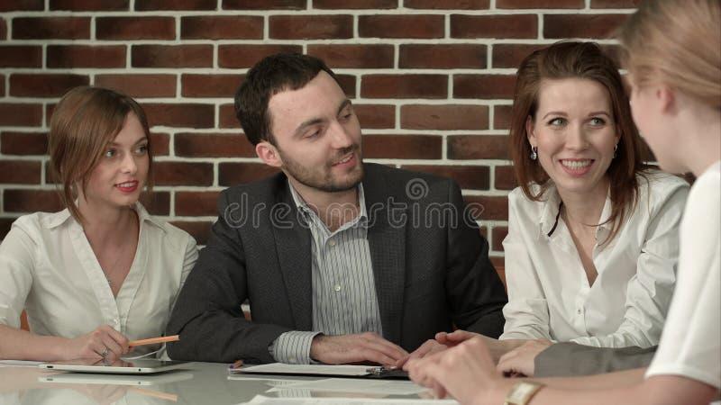 Empresarios que tienen reunión en oficina imagenes de archivo