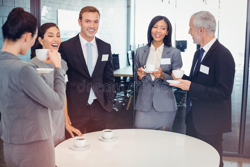 Empresarios que tienen una discusión durante breaktime foto de archivo
