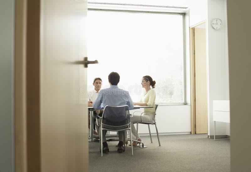 Empresarios que tienen una reunión en la sala de reunión imagenes de archivo