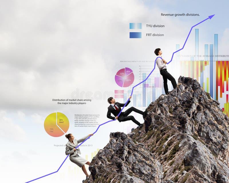 Empresarios que tiran del gráfico imagen de archivo