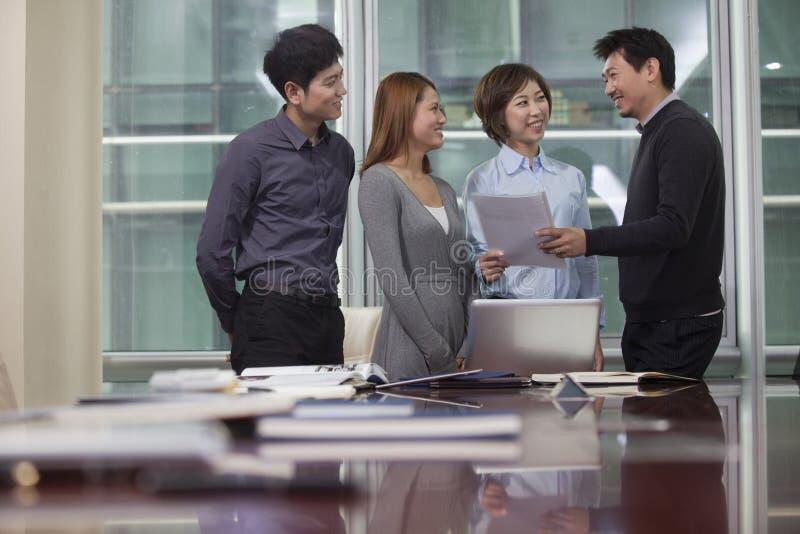 Empresarios que trabajan junto imagen de archivo