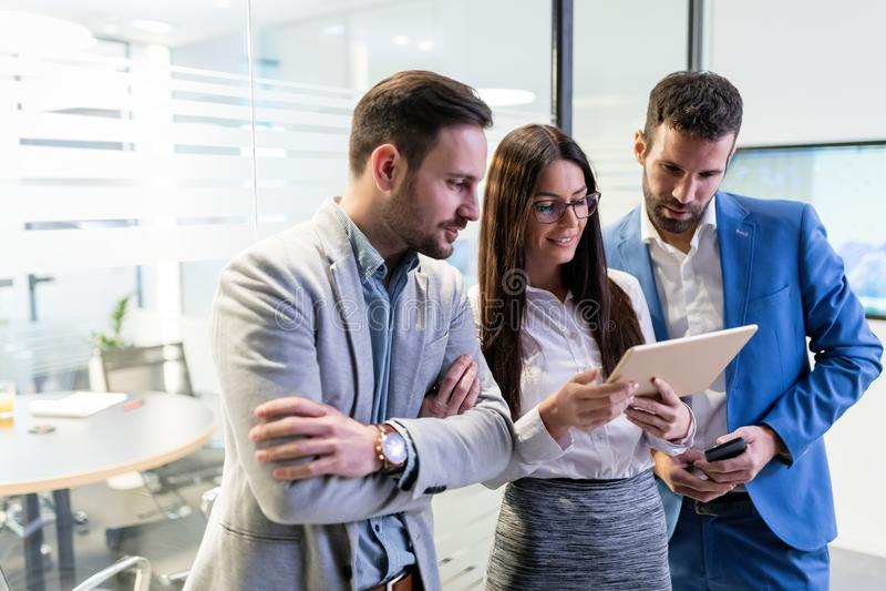 Empresarios que usan la tableta digital en oficina junto imágenes de archivo libres de regalías