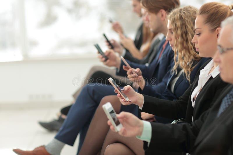 Empresarios que usan tecnología en el área ocupada del pasillo de la oficina foto de archivo