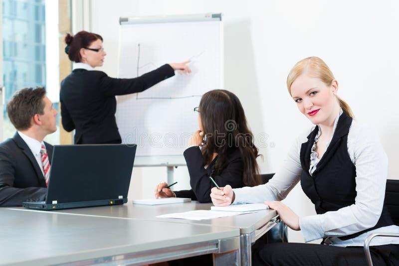Empresarios, reunión y presentación en oficina imagen de archivo