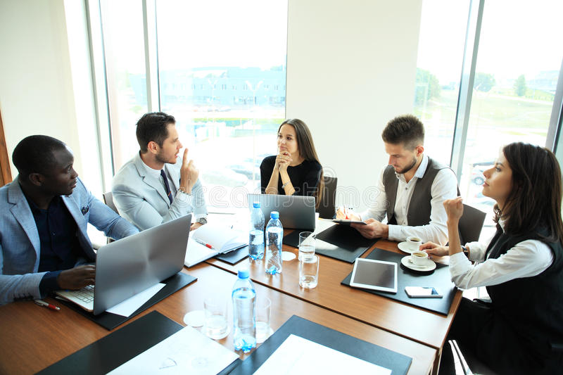 Empresarios y hombres de negocios de la conferencia en sala de reunión moderna fotografía de archivo