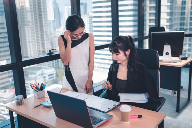 Empresas Mulheres Empreendedoras O Trabalho em Equipe está Trabalhando no Escritório, Empreendedorismo Financeiro Empresarial Eq fotografia de stock