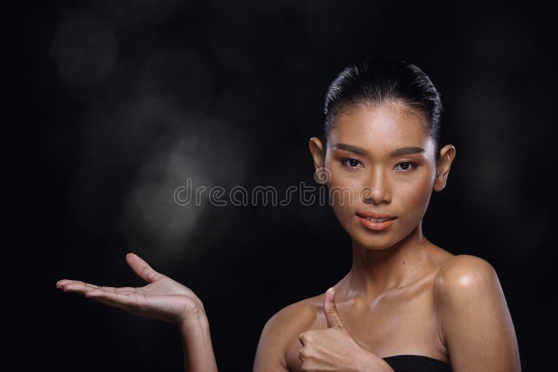 Empt de représentation actuel bronzé de jeune de mode de peau modèle asiatique de femme photographie stock libre de droits