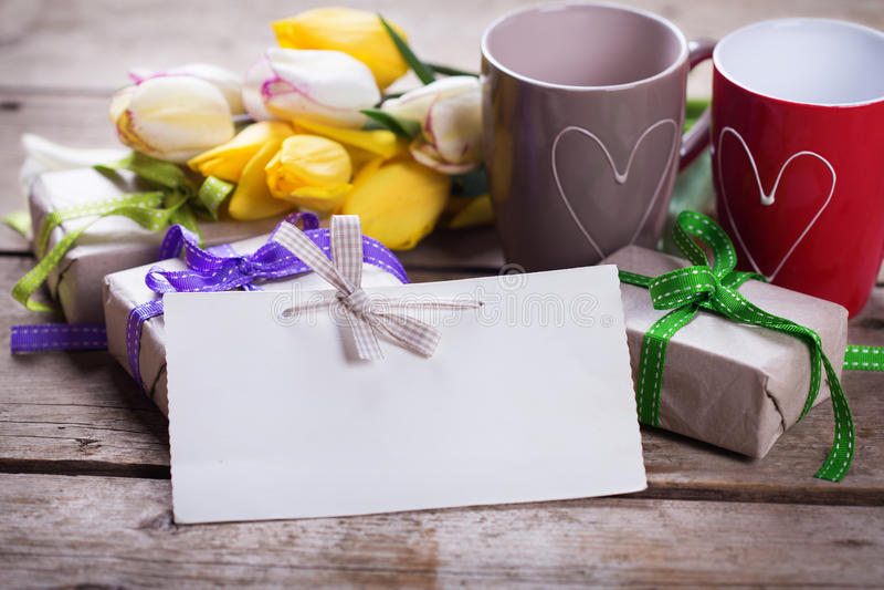 Empty tag, tulipani gialli e bianchi luminosi della molla, scatole con il GIF immagine stock libera da diritti