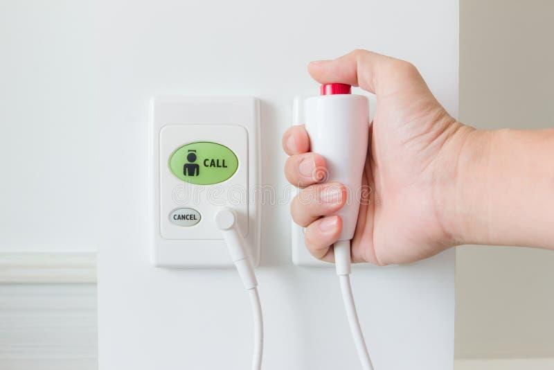 Empujar el botón de la llamada manualmente de la enfermera imágenes de archivo libres de regalías