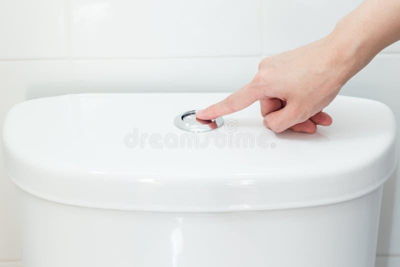 Empujar un botón manualmente para limpiar con un chorro de agua foto de archivo