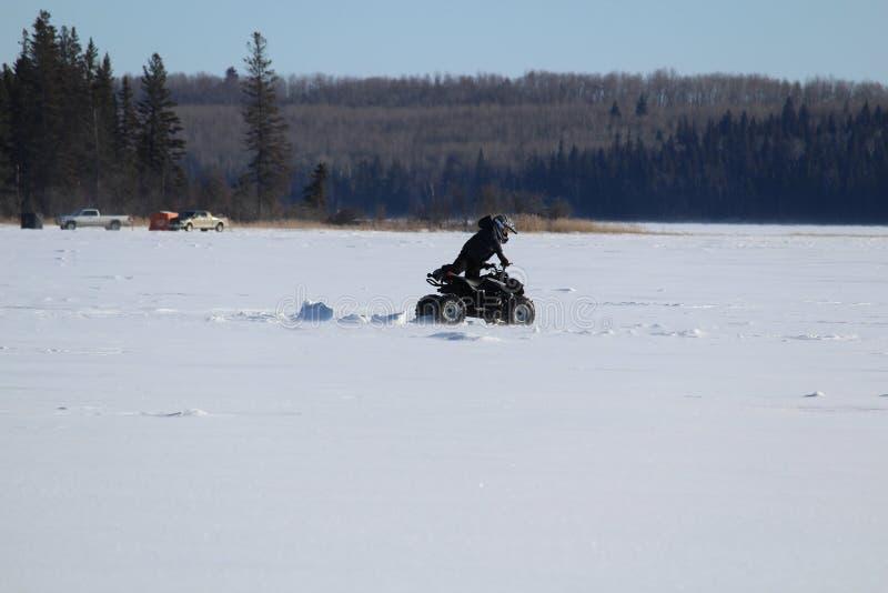 Empujar un patio de una rodera en el medio de un lago congelado imagen de archivo libre de regalías