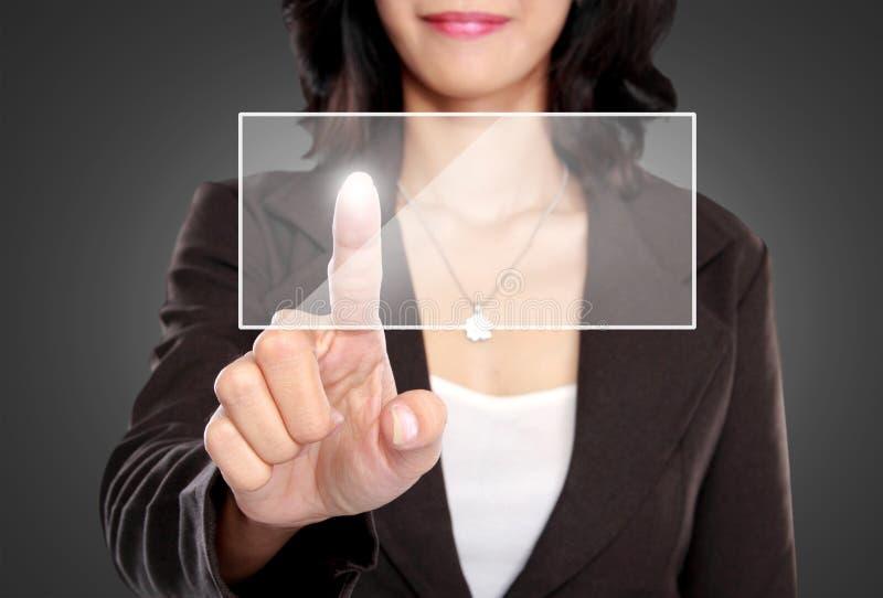 Empuje de la mujer de negocios para esconder la pantalla virtual foto de archivo libre de regalías