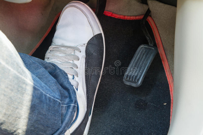 Empuje el pedal de freno del coche foto de archivo libre de regalías