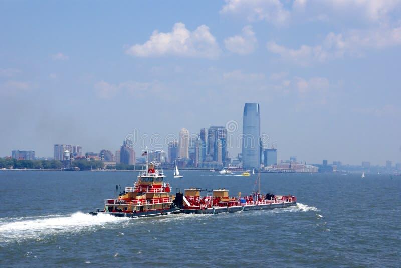 A empurrão do Tugboat barge dentro o porto de New York imagem de stock