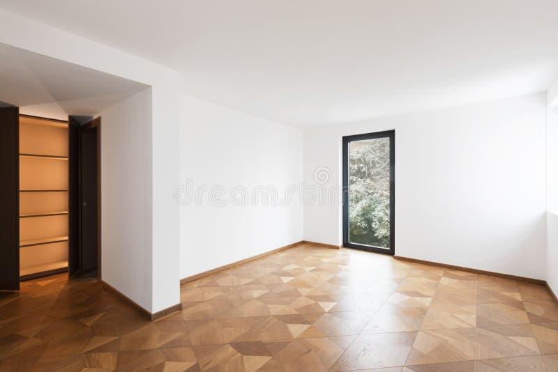 Empy rum med garderoben och fönstret arkivfoto