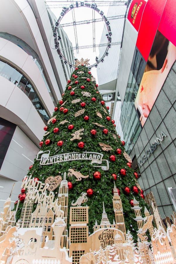 EmQuartier-Einkaufszentrum, Sukhumvit-Straße, Bangkok, Thailand 8,2018 im Dezember: Großer Weihnachtsbaum, zum von Weihnachten un stockfoto