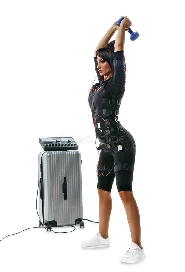 EMS sprawności fizycznej kobieta robi dumbbell huśtawce i dumbbell podchwytowi obraz royalty free