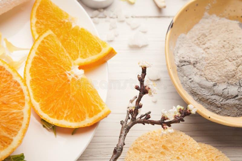 Emultion маски грязи на белом деревянном столе стоковое фото rf
