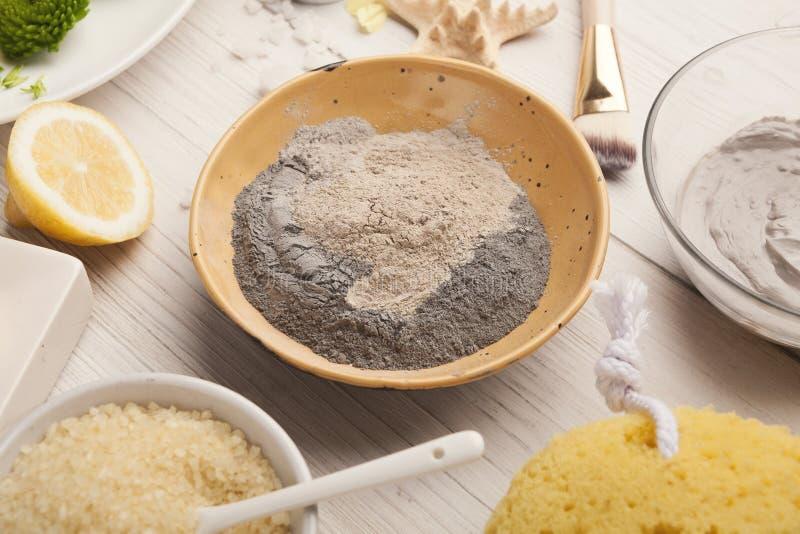 Emultion маски грязи на белом деревянном столе стоковая фотография