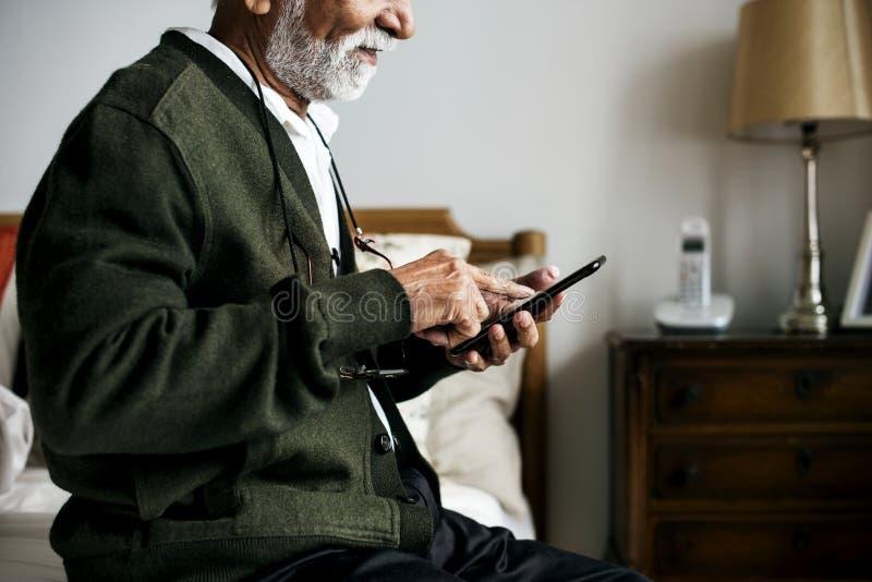 En äldre indisk man på avgånghuset fotografering för bildbyråer
